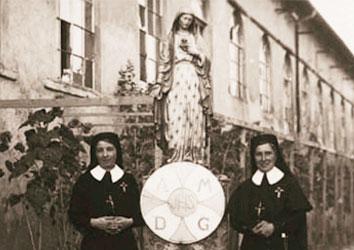 Premières Soeurs CPCR devant la Maison Nazareth, le jour de leur départ vers LEUR maison St François de Paule, première maison des soeurs.