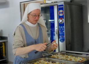 Les Soeurs CPCR assurent la cuisine des retraitants qui suivent les Exercices de St Ignace