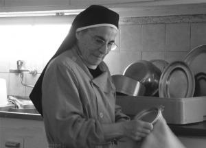 """Les humbles travaux liés à l'entretien des maisons d""""accueil spirituel prolongent la prière des Soeurs CPCR."""